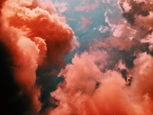 渦巻く赤い雲